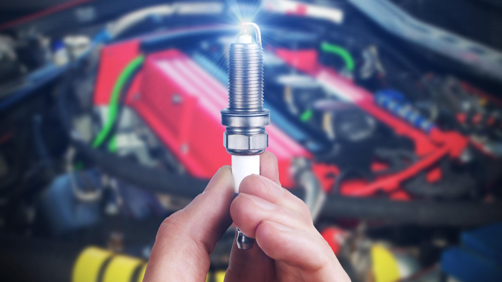 mecanico segurando vela carro consumo shutterstock 612251648