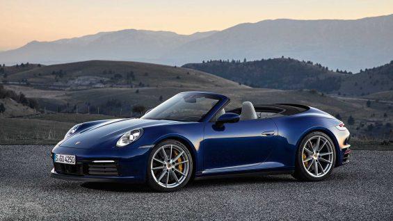 porsche 911 turbo s cabriolet azul estacionado