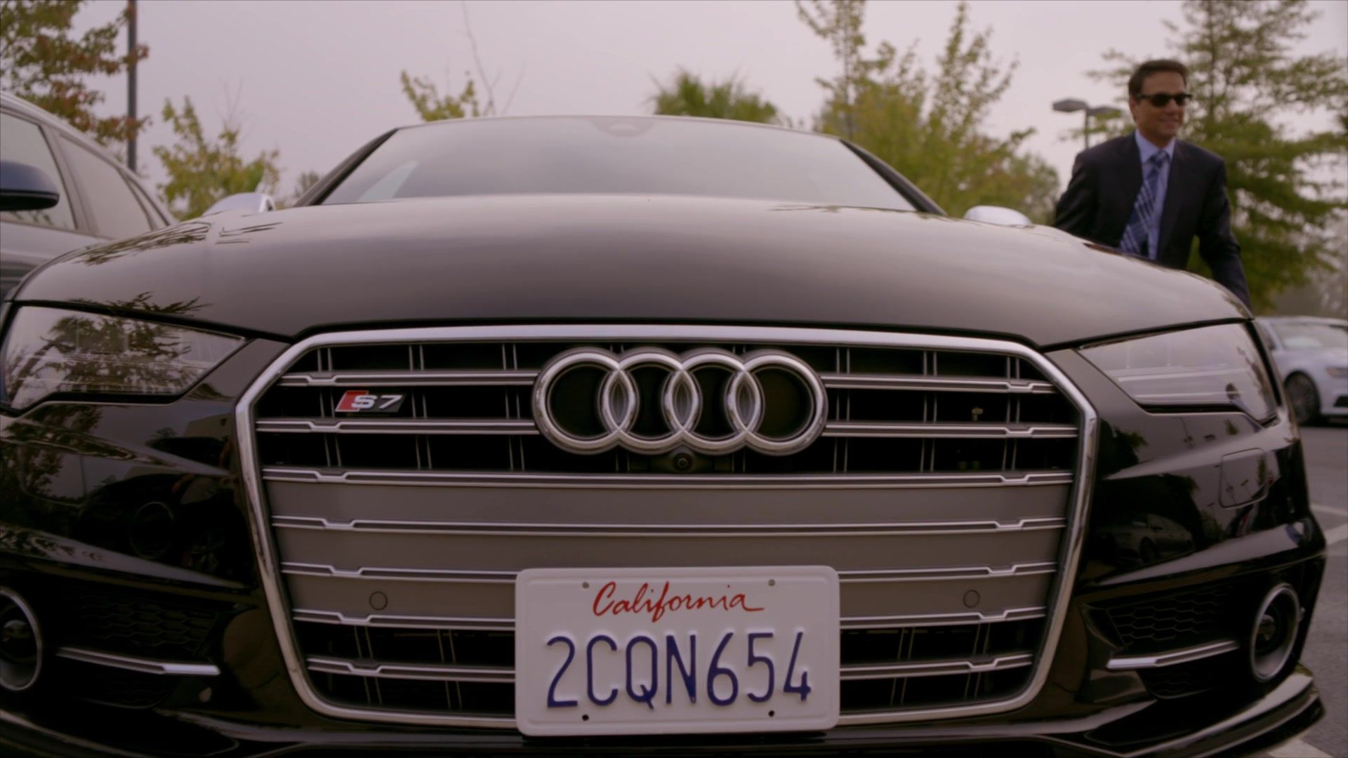 audi s7 preto do personagem daniel larusso no seriado cobra kai