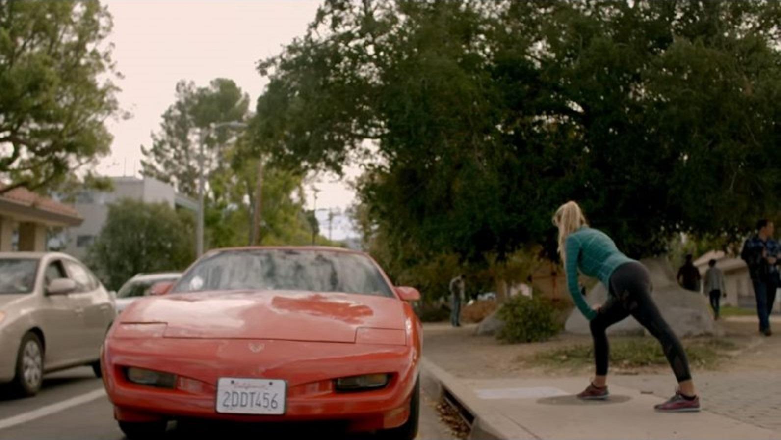 pontiac firebird vermelho visto de frente em imagem da serie cobra kai