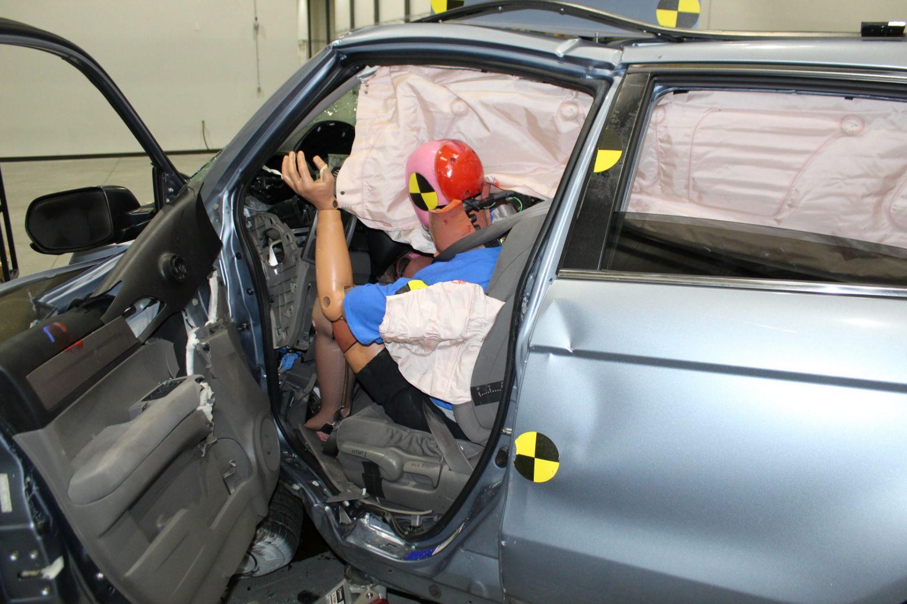 airbags de honda crv abertos em cima de dummie em teste de impacto e velocidade
