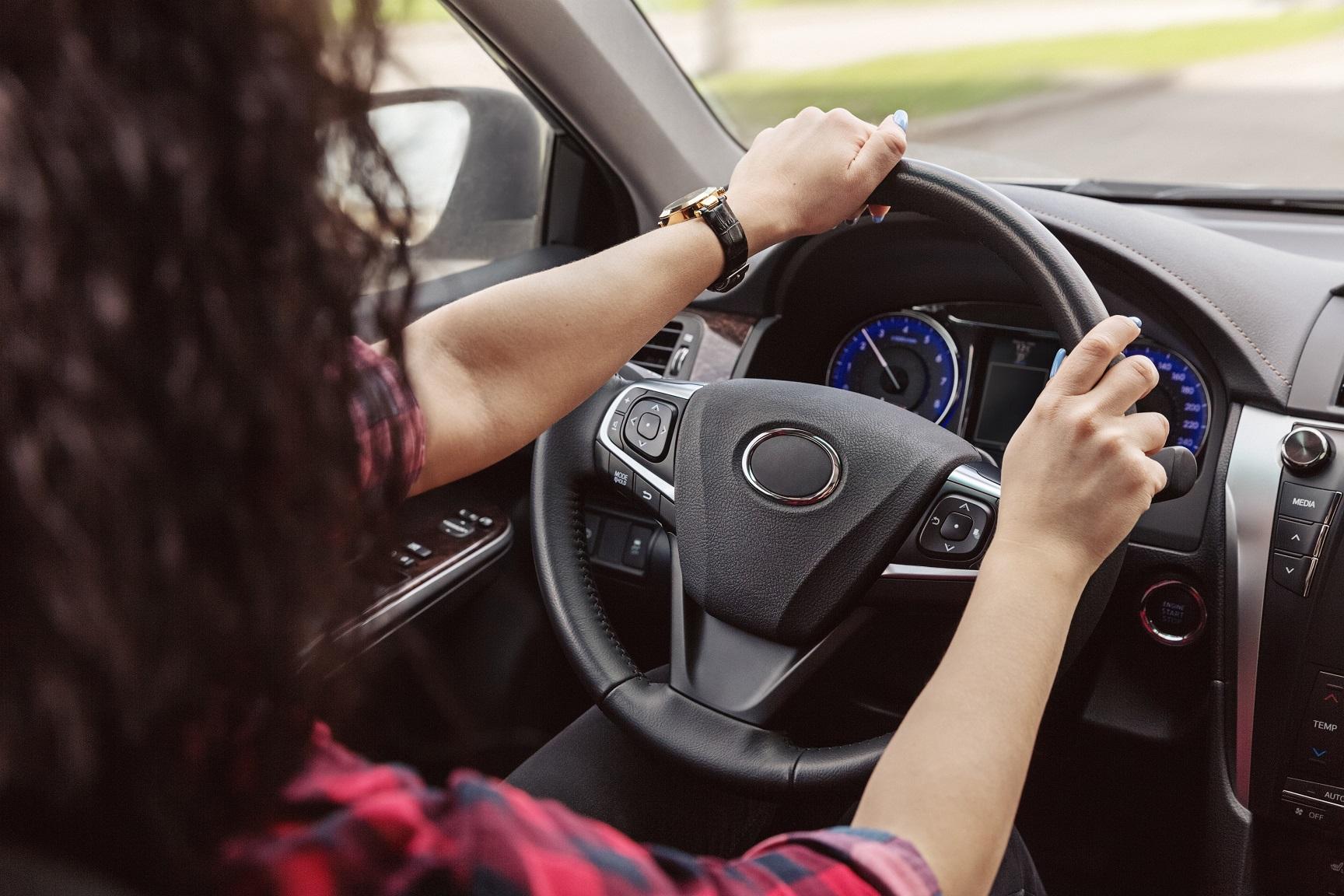 motorista com as maos no volante enquanto dirige veiculo