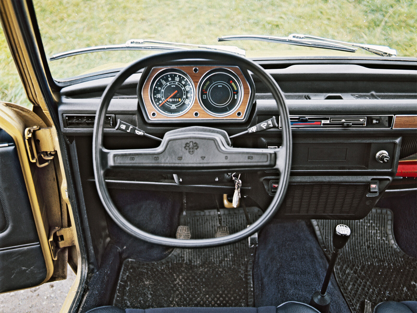 interior do austin allegro com destaque para o volante quadrado
