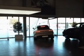 [VÍDEO] Após queimar Mercedes, YouTuber russo destrói Porsche elétrico