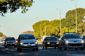 [Vídeo] Faróis acesos durante o dia em rodovias ainda são obrigatórios?