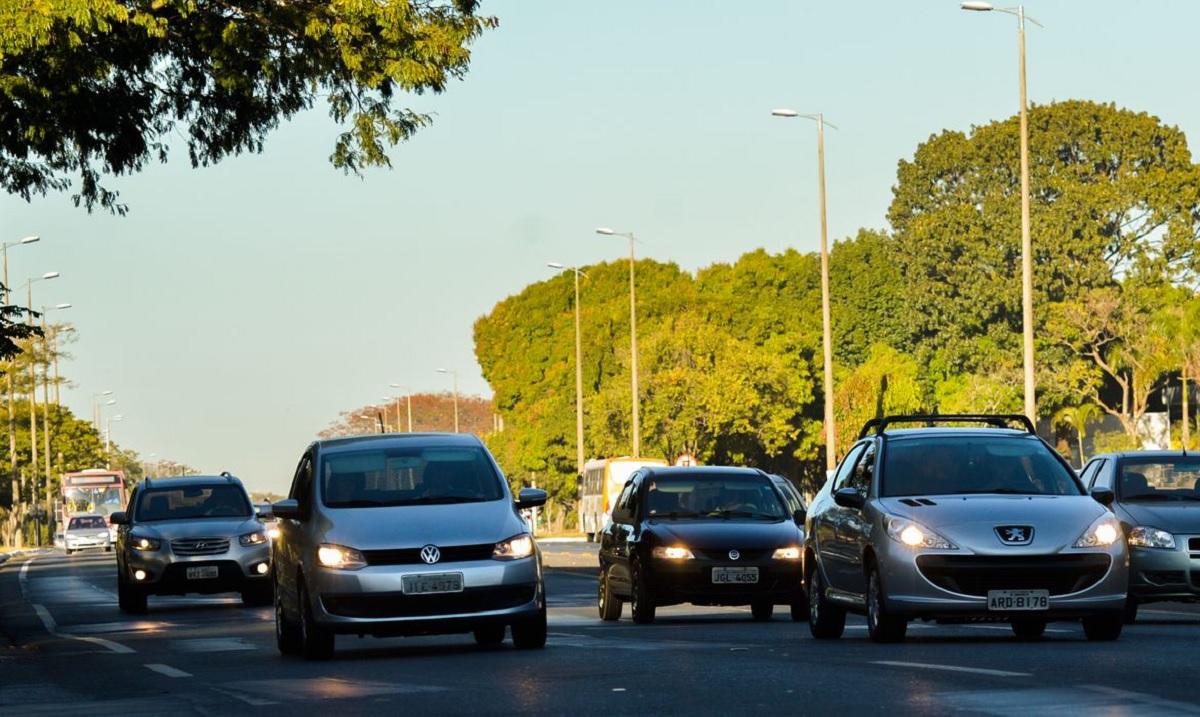 carros andam com farois acesos em estrada durante o dia por determinacao legal