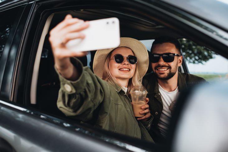 casal fazendo selfie em suv
