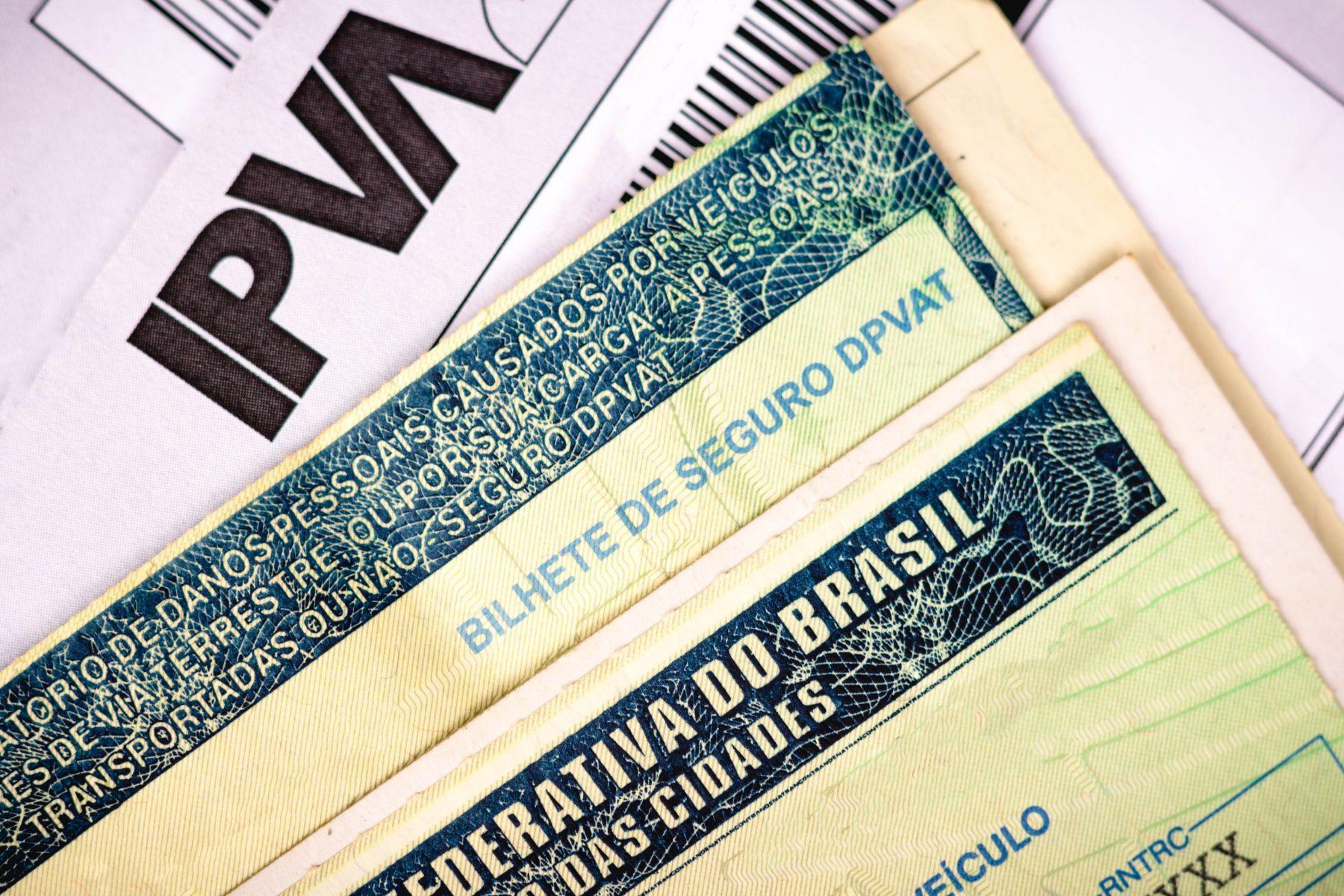 boleto ipva junto de crlv ou documento de carro e bilhete do seguro obrigatorio dpvat representando taxas de arrecadação do detran