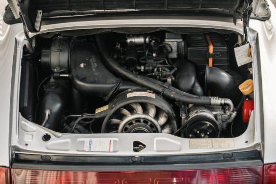 motor de porsche 911 conversivel prata de diego maradona