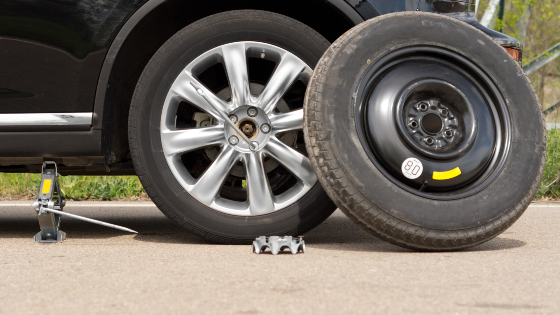 estepe de emergencia do carro pneu fino shutterstock 192422609