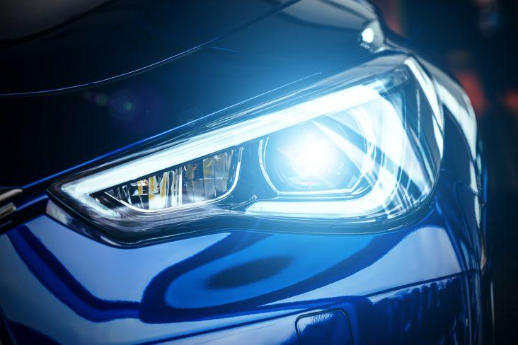 lampadas do carro farol led xenon shutterstock 792878326