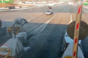 [Vídeo] Motorista perde controle de carro e bate em cabine de pedágio
