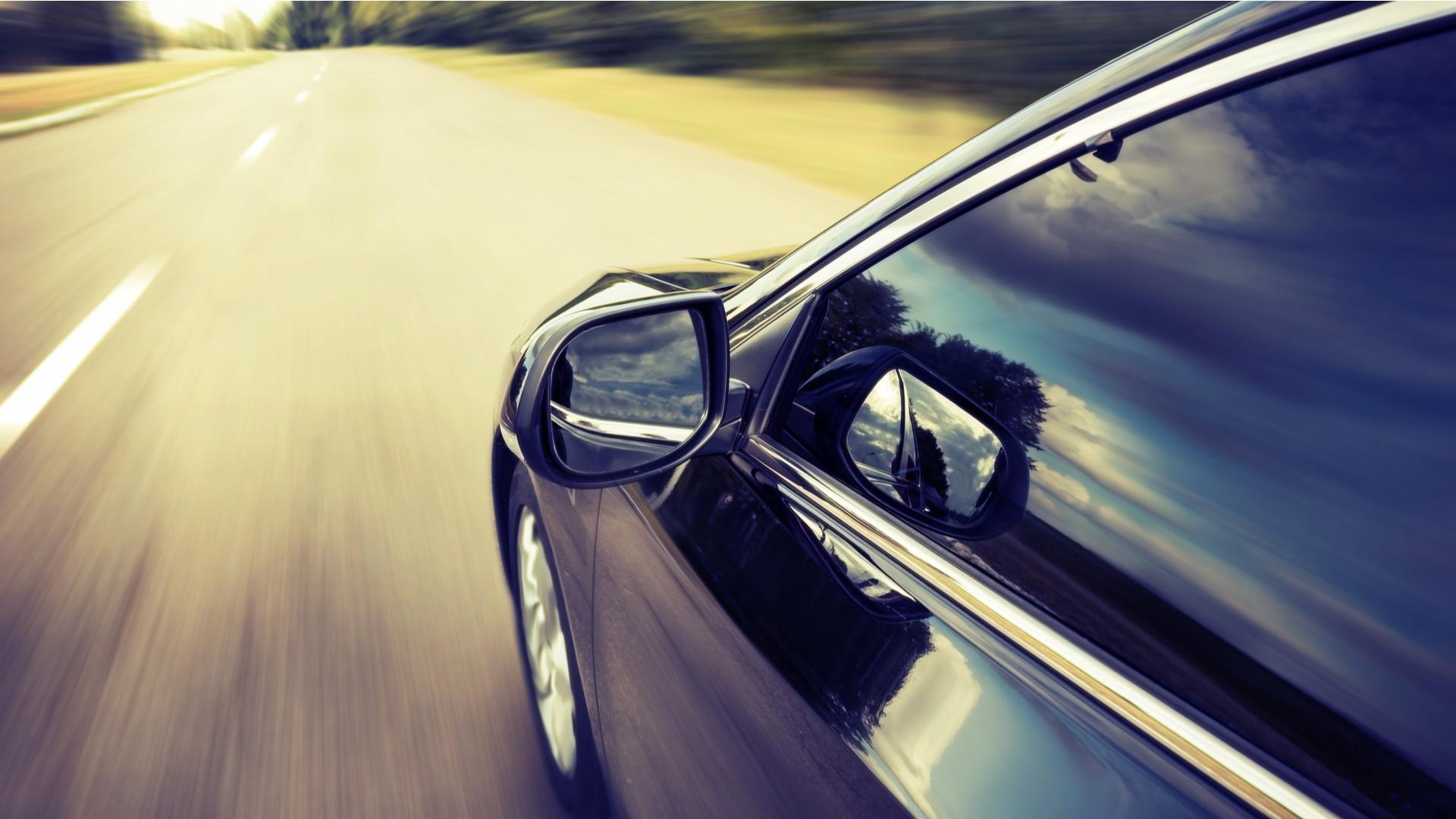 vidros do carro fechados consumo de combustivel ar condicionado shutterstock 163423553