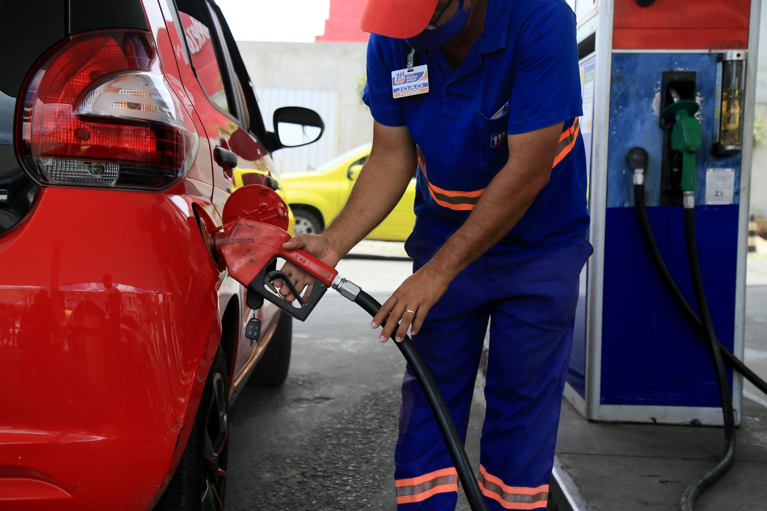 carro abstecido com gasolina shutterstock