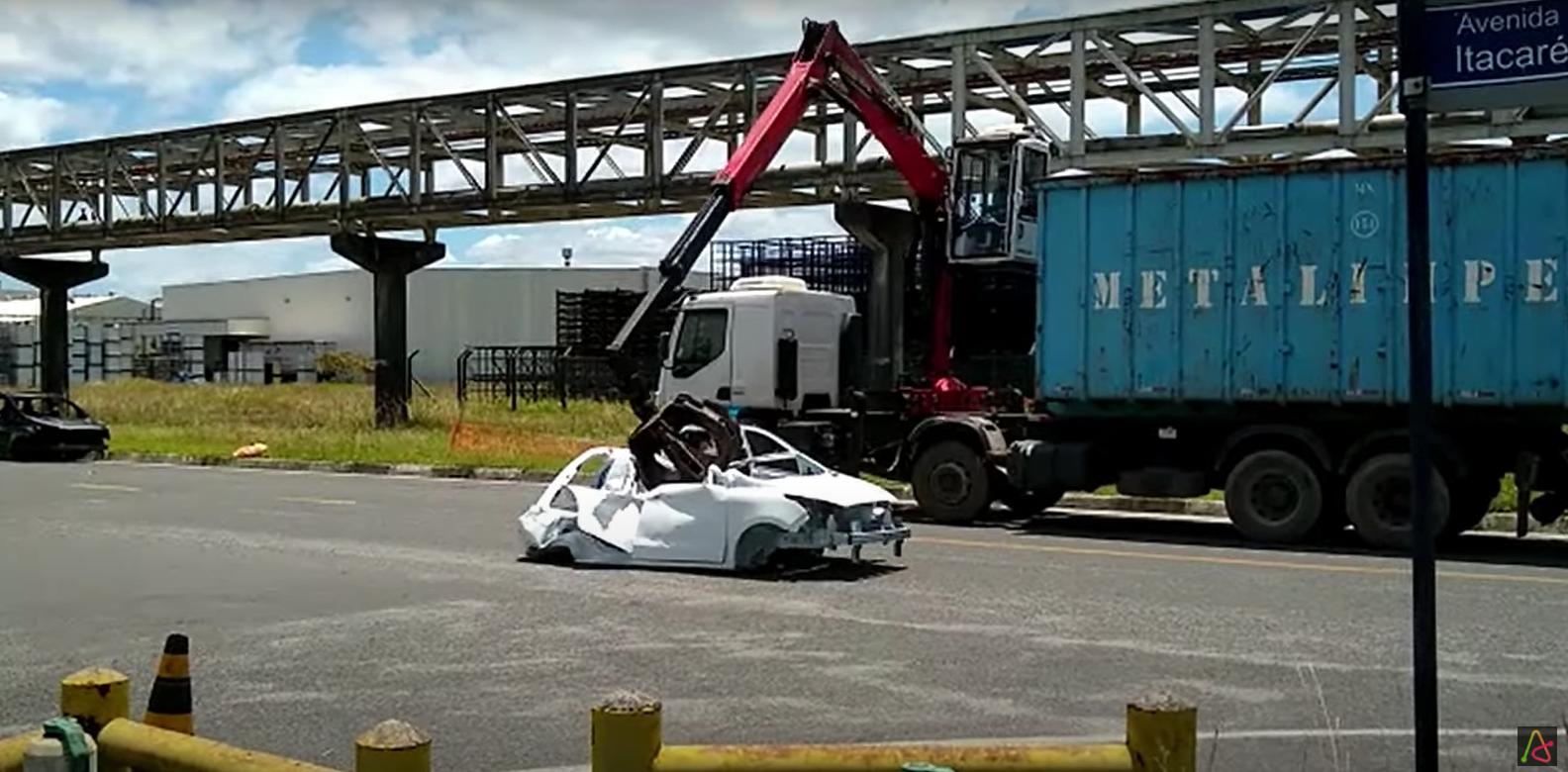 carroceria de ka branco sendo destruido pela ford na fabrica de camacari