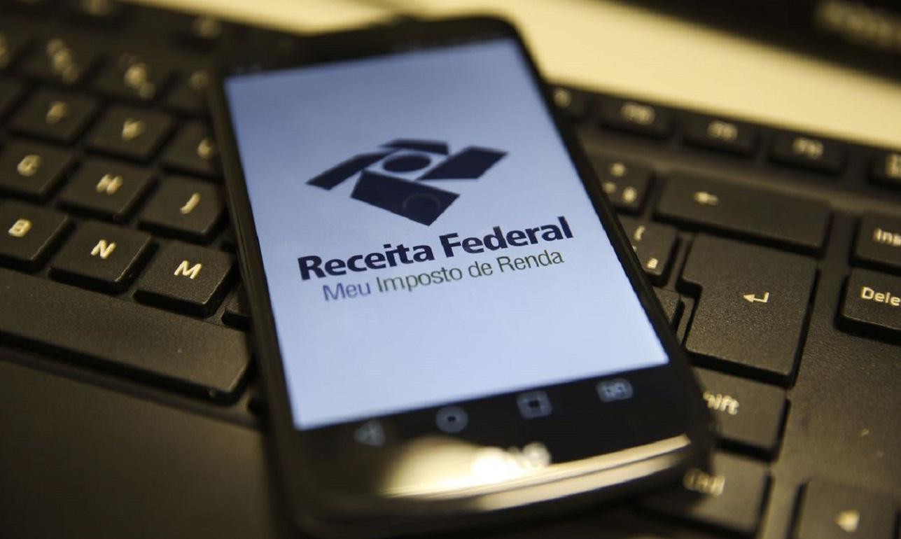 aplicativo meu imposto de renda aberto em celular