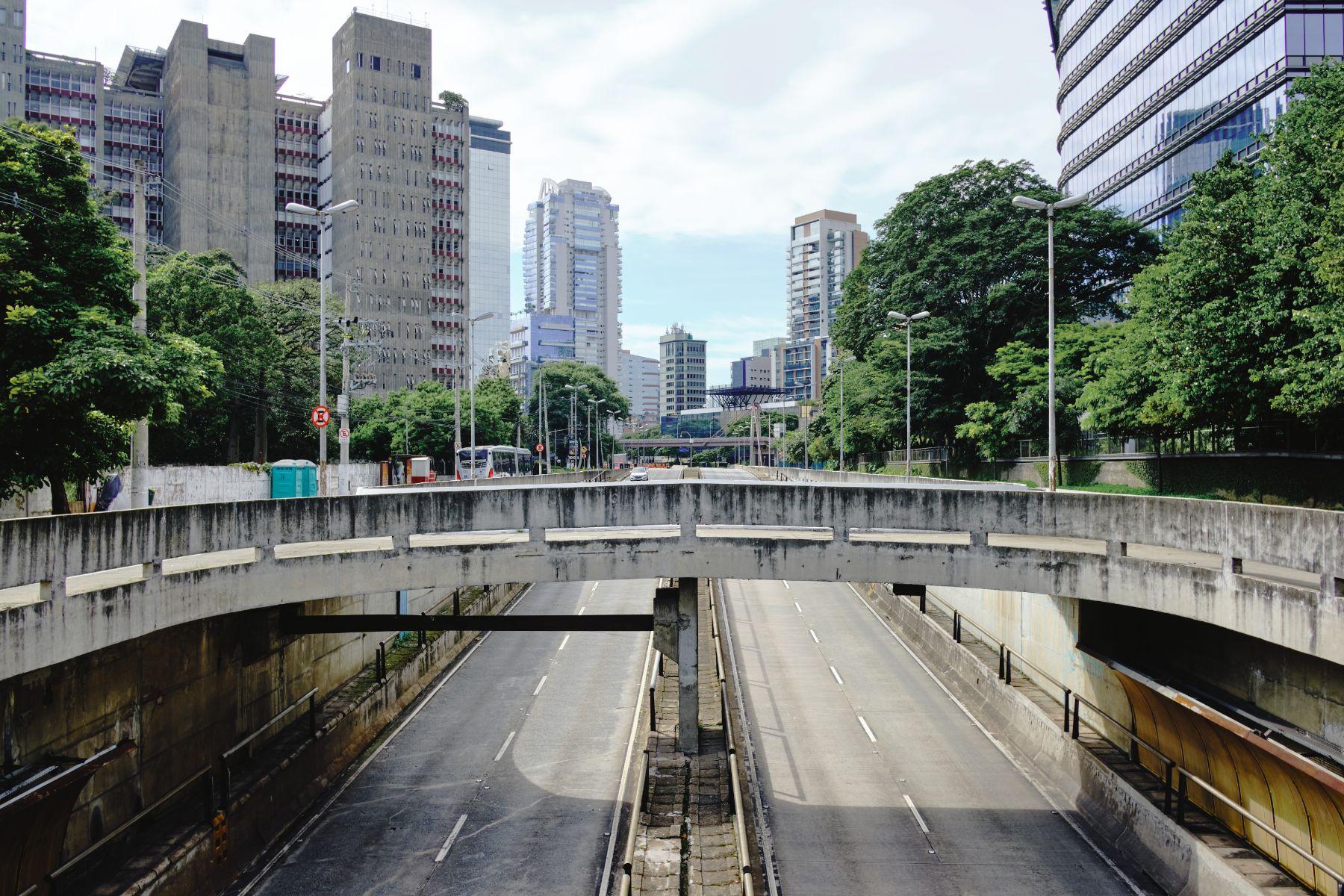 avenida vazia em sao paulo em razao do lockdown por causa da pandemia do novo coronavirus