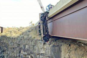 Ford F-350 fica pendurada em ponte após rebocar trailer