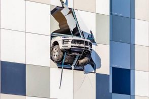 Porsche Macan fica pendurado em prédio após motorista perder controle