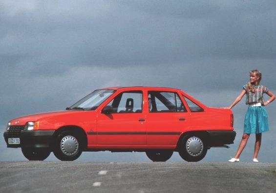 opel kadett sedan vermelho lateral