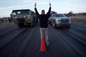 [Vídeo] Corrida maluca? Veículo militar 8x8 acelera contra F-450