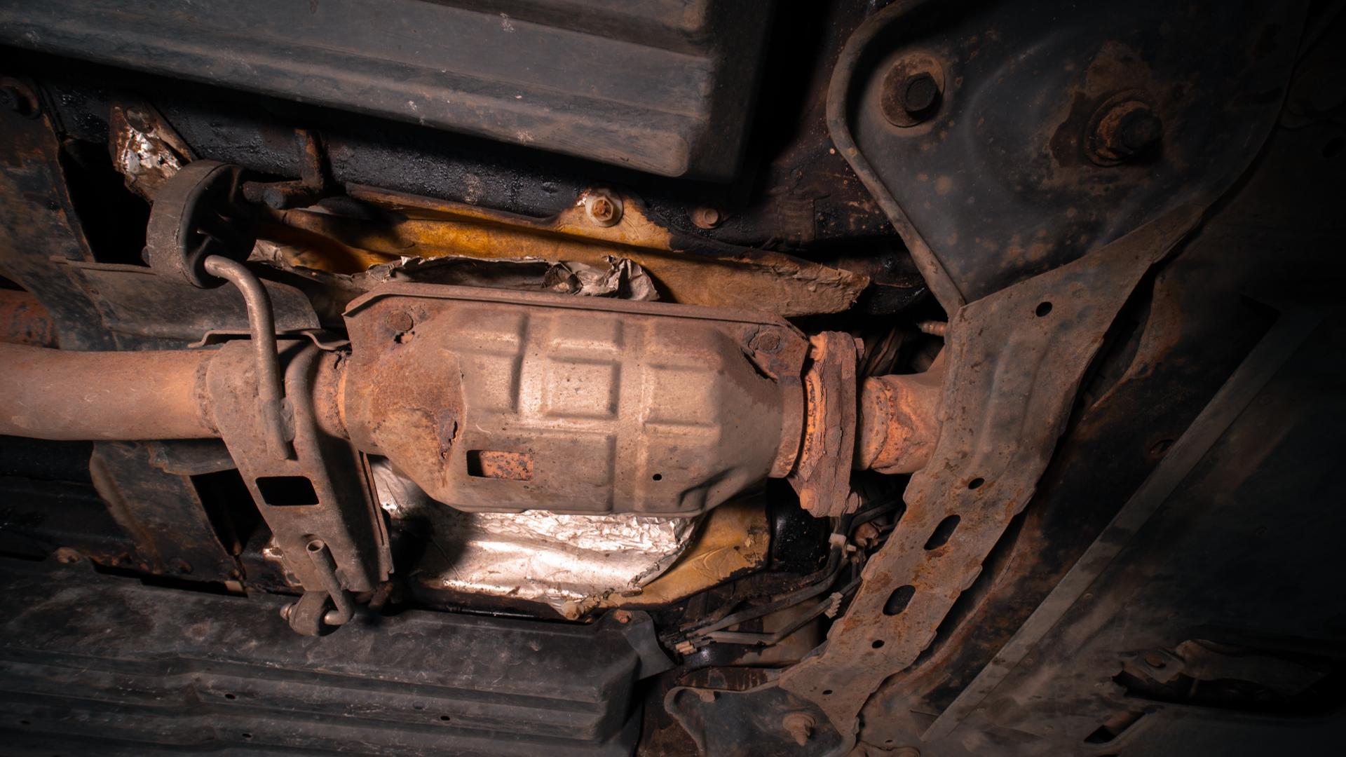 catalisador carro chassi assoalho shutterstock 1891980973