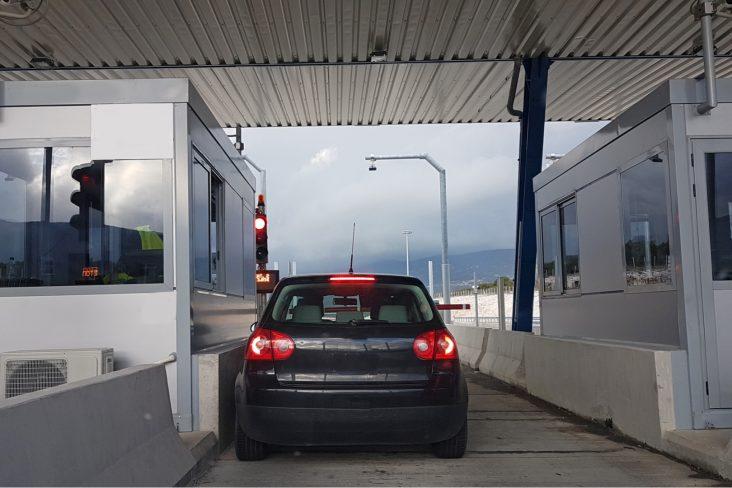 pedagio rodovia cancela carro transito shutterstock 784613269