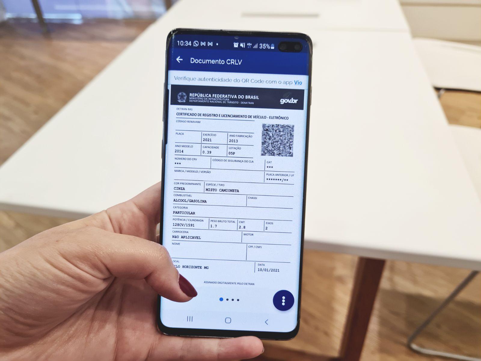 celular com o crlv certificado de registro e licenciamento de veiculo aberto 1