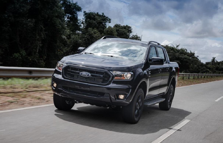 ford ranger black vista de frente em estrada