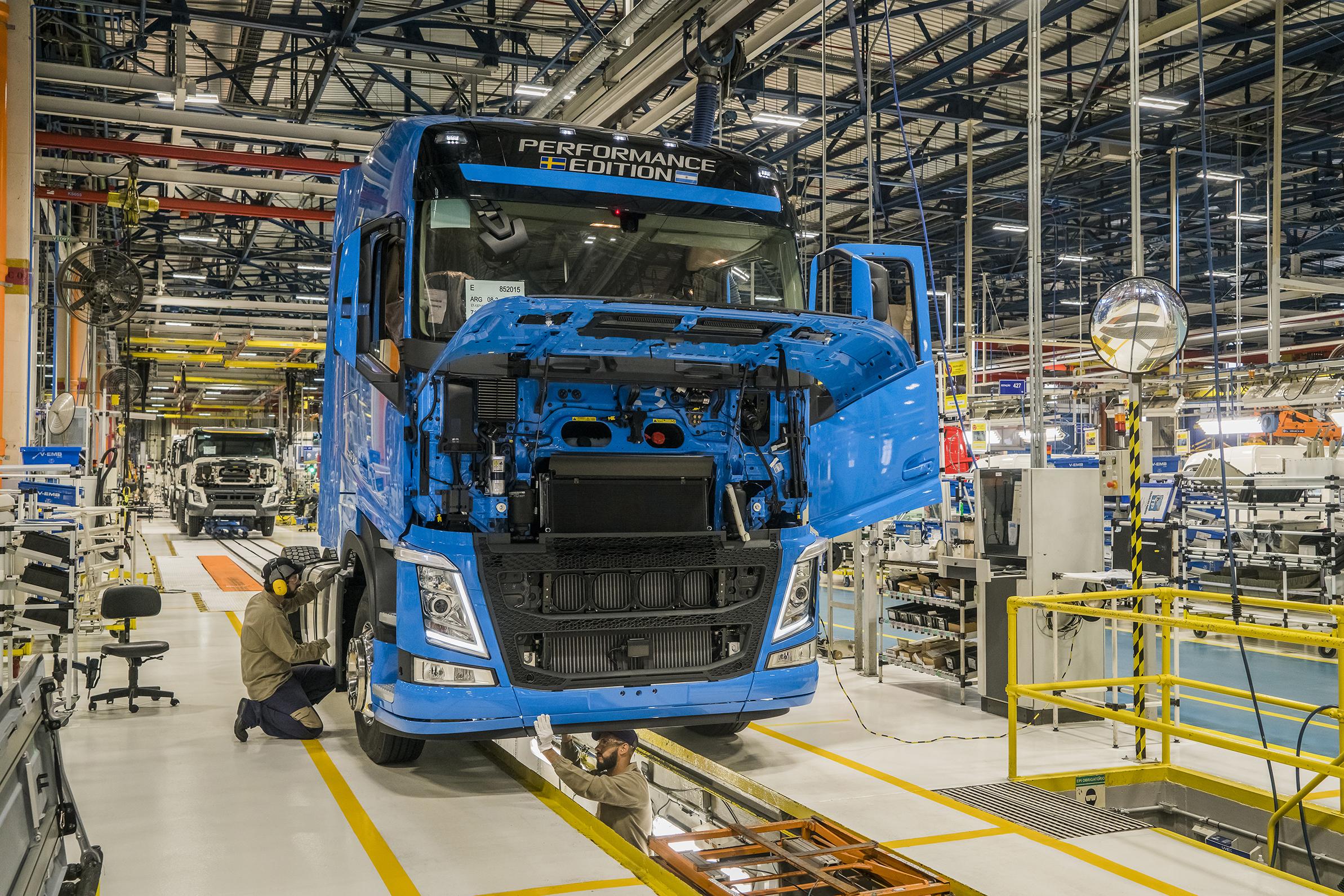 volvo fh em producao na fabrica foto volvo trucks 2