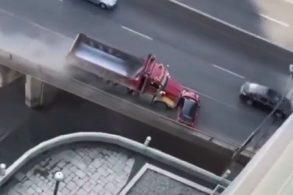 [Vídeo] Caminhão arrasta Mini Cooper por quase 1 km