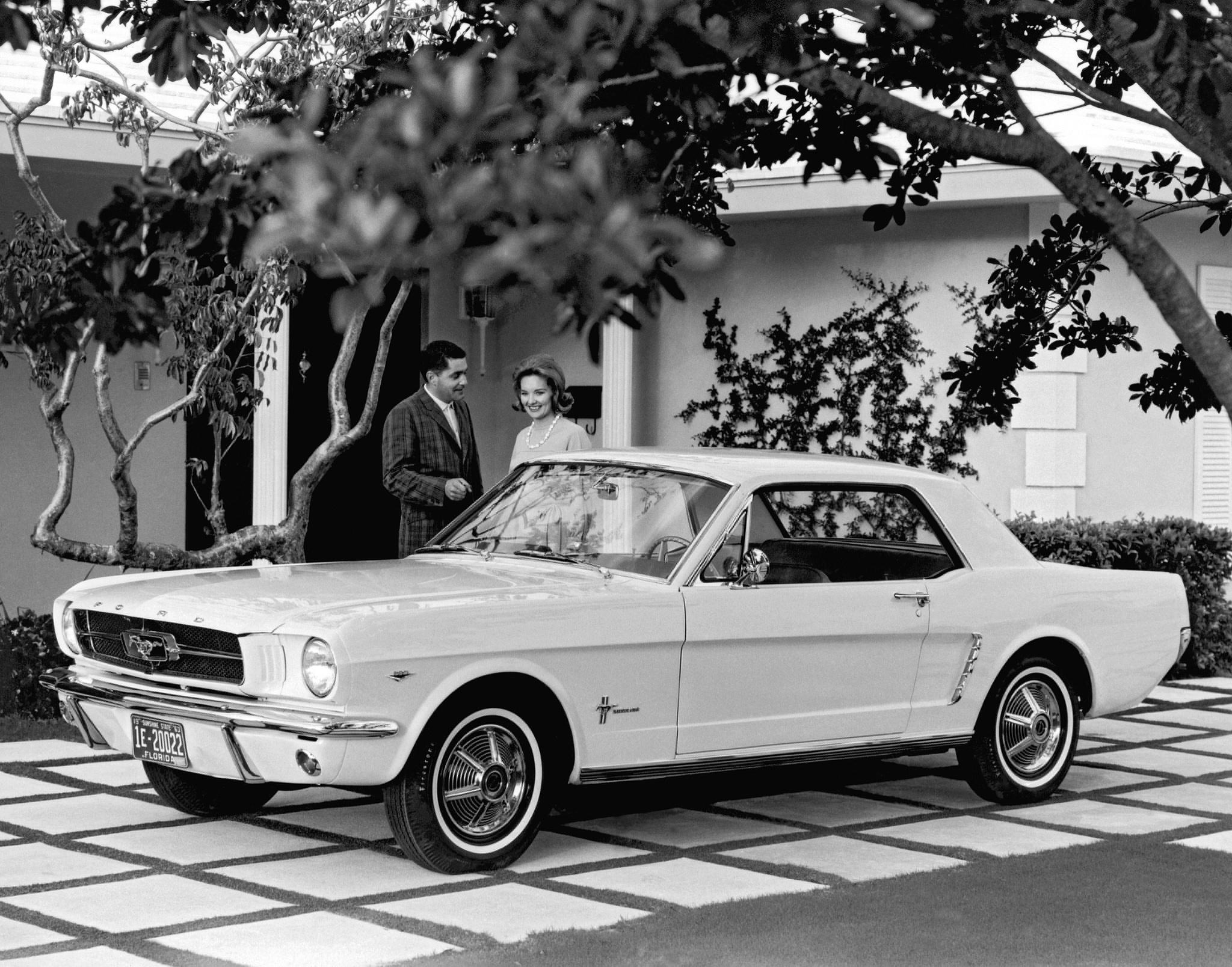 ford mustang coupe 1964 de frente preto e branco