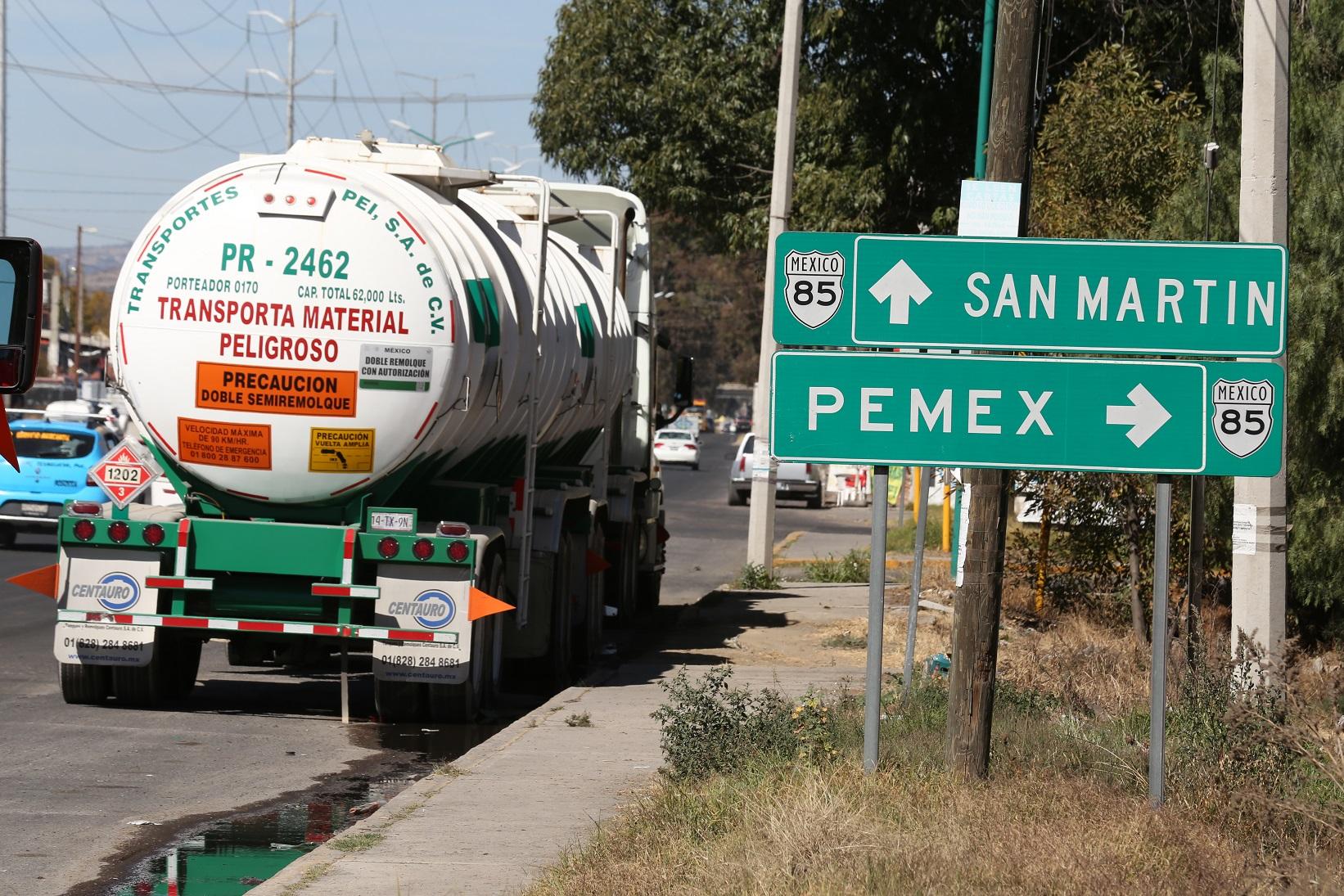 caminhao tanque transita pela regiao de puebla no mexico onde ocorre pratica conhecida como huachicol roubo de combustiveis