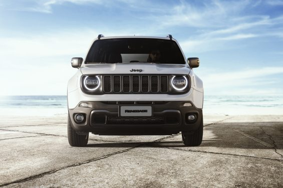 frente do jeep renegade branco logo renegade serie especial 80 anos