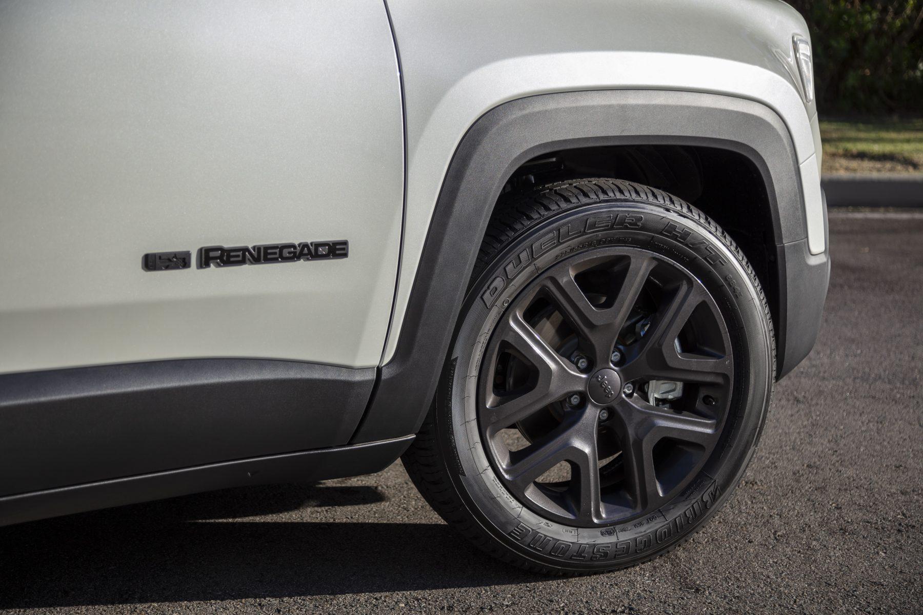 roda escurecida do jeep renegade logo renegade serie especial 80 anos