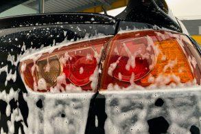 lavar o carro sedan preto com lataria ensaboada detalhe lanterna