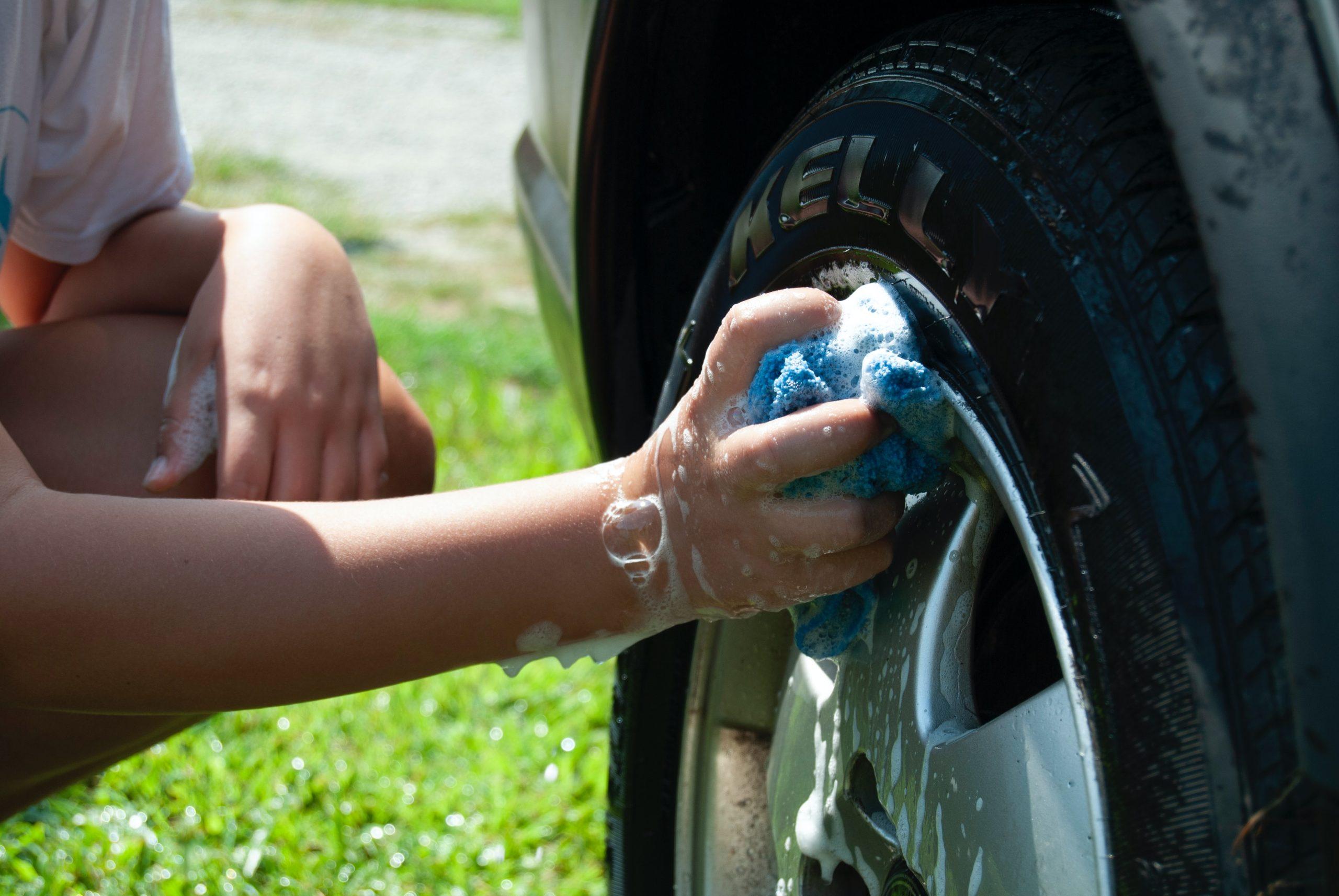 lavar roda e pneu do carro