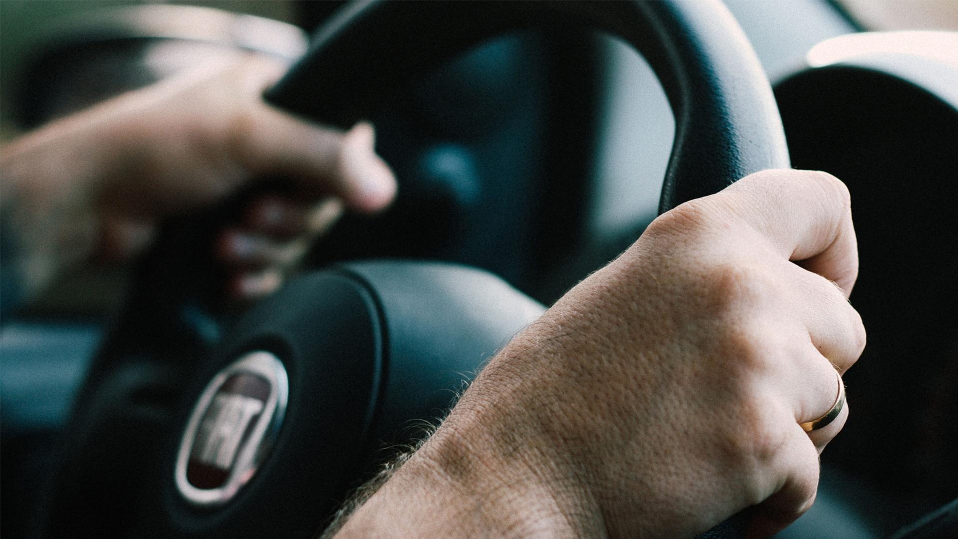 mao de homem no volante sistema hidráulico direção do carro