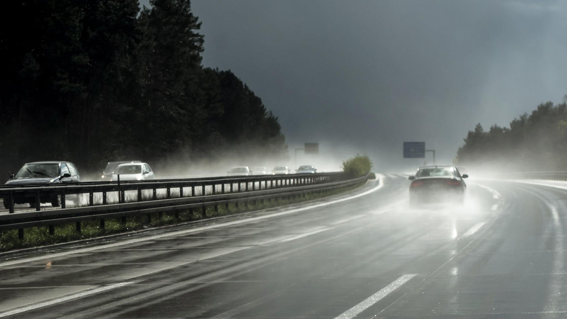 carro na chuva aquaplanagem