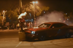 Motorista de Dodge Challenger bate em poste enquanto se exibia com drift