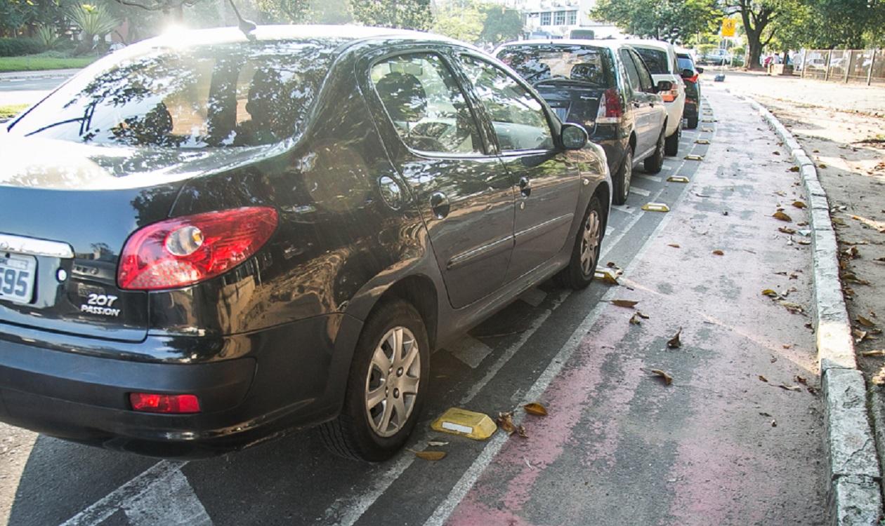 carros parados sobre ciclovia foto guilherme santos sul21