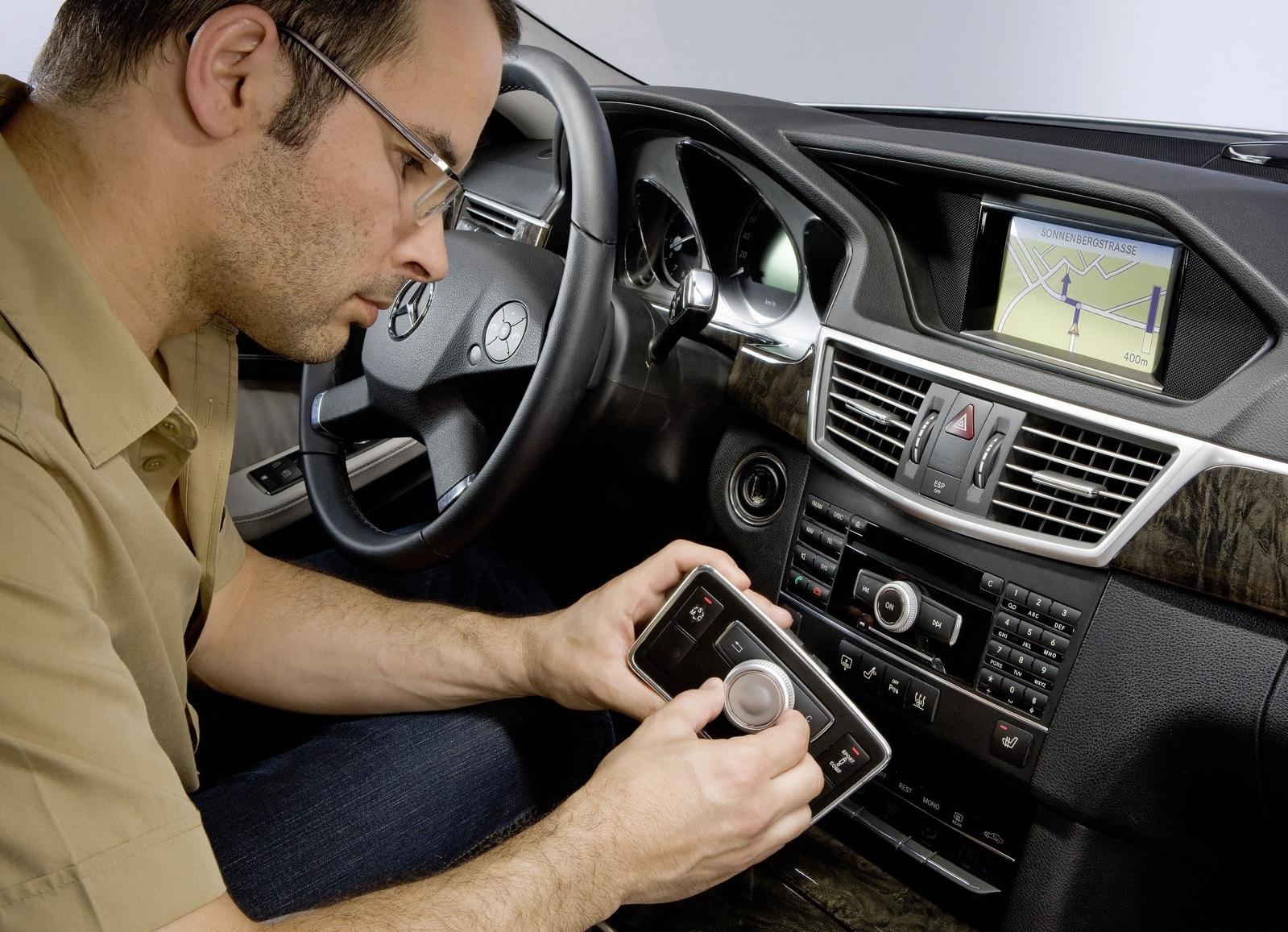 interior do mercedes classe e detalhe do joystick