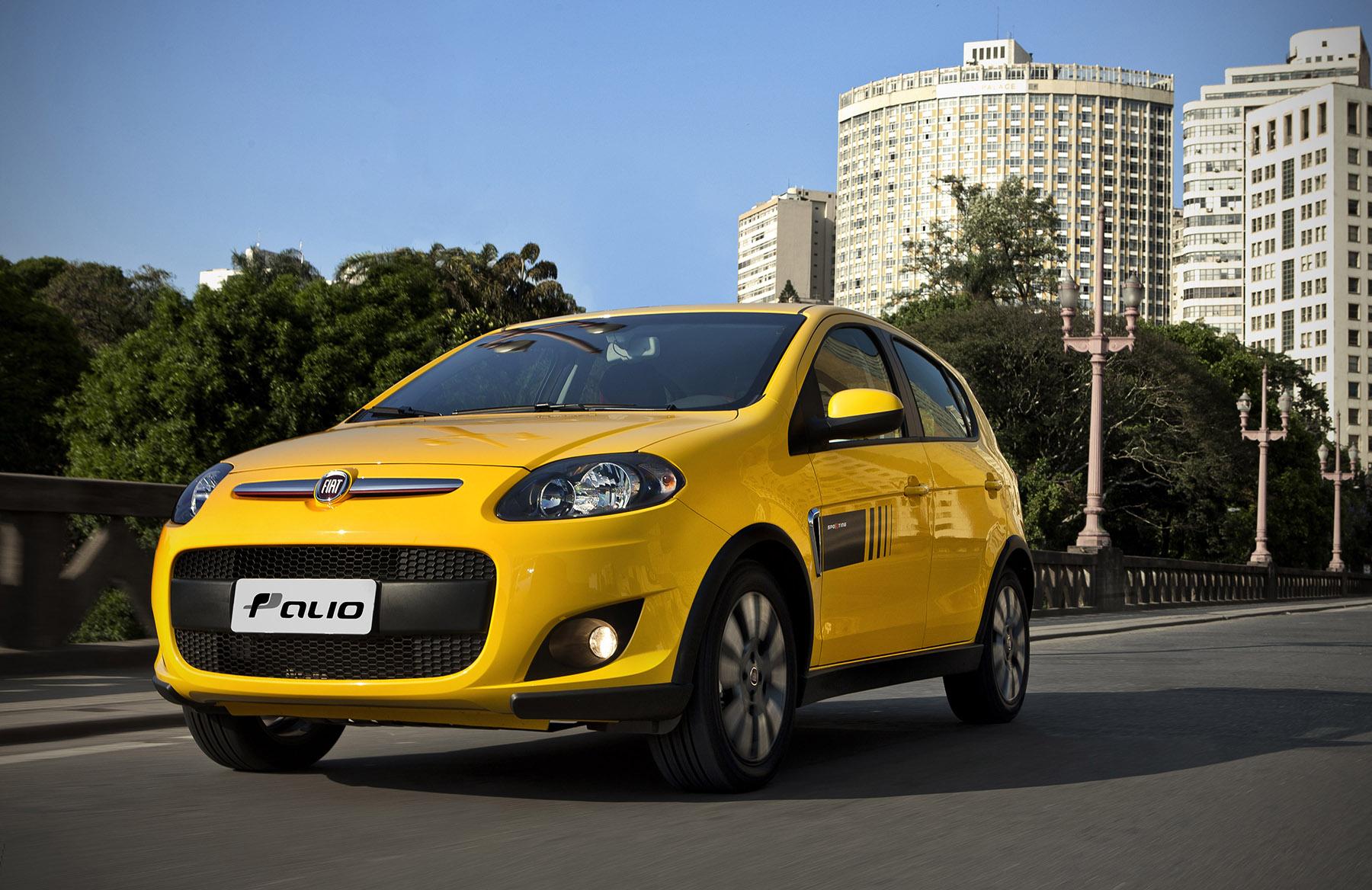 fiat palio sporting 2012 amarelo de frente em movimento