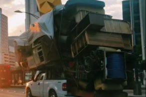 [Vídeo] Motorista de picape dirige com a 'casa inteira' na caçamba