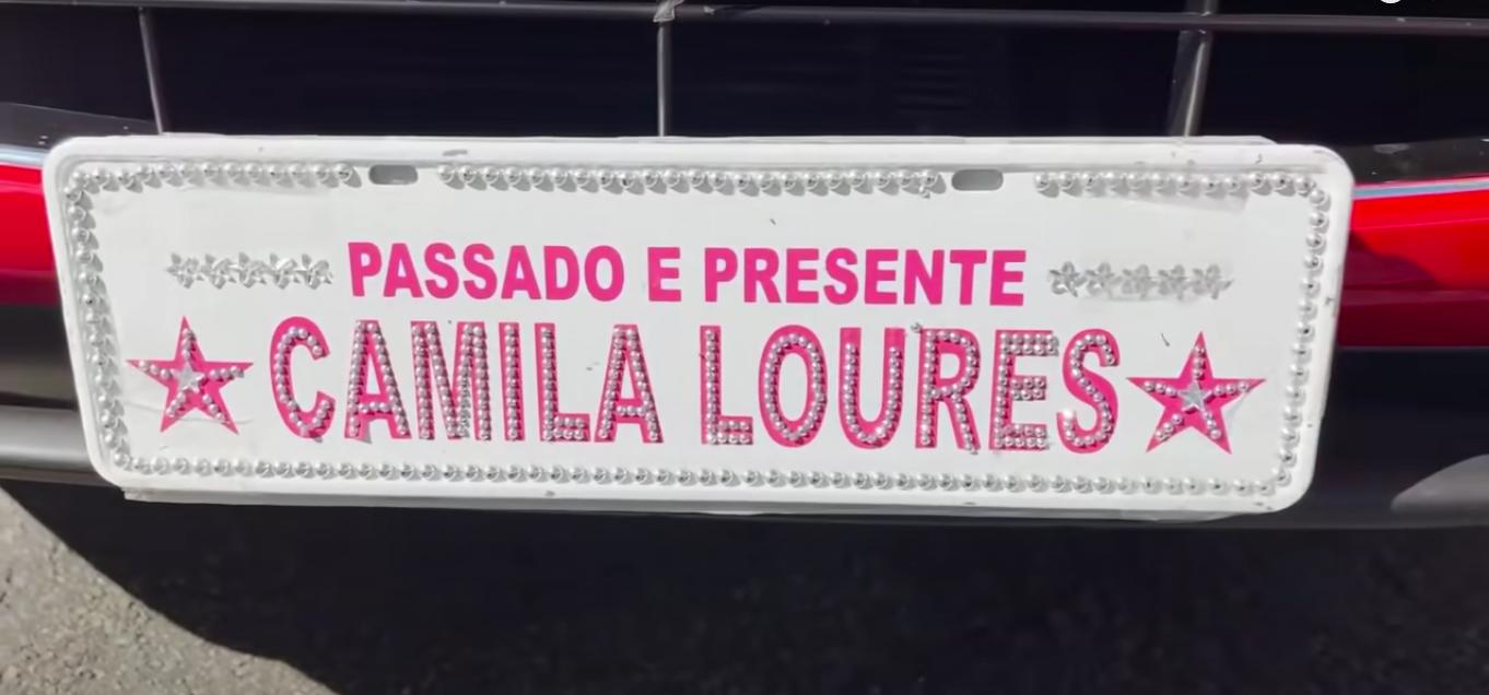 placa de carro decorada com os dizeres passo e presente camila loures