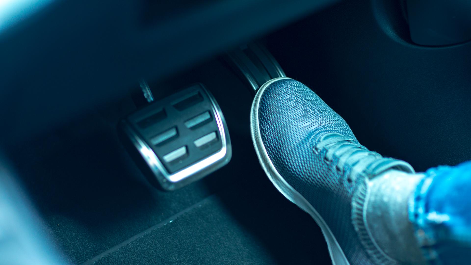 pe direito no acelerador close motor de carro