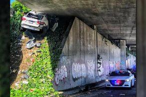 Maserati Levante fica preso em viaduto durante perseguição policial