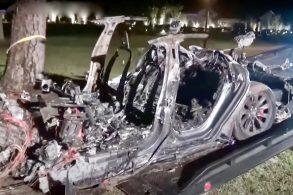 Direção autônoma falha e carro da Tesla mata duas pessoas em acidente