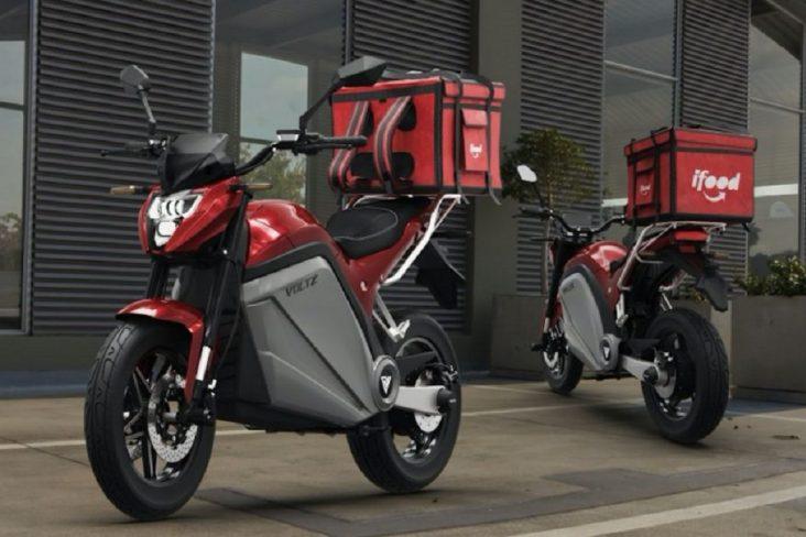 duas motos voltz evs vermelhas com mochila do aplicativo ifood