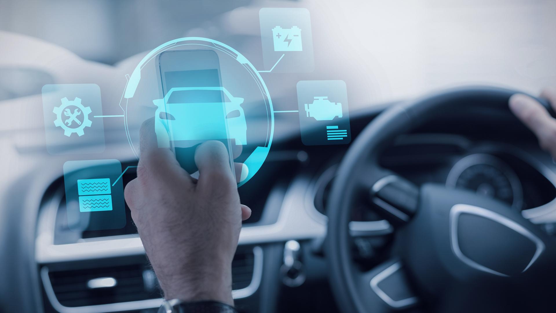 mao homem celular volante ao fundo carro futurista carro da tesla automóveis